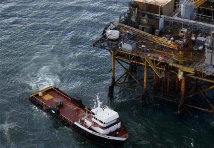 El Servicio de la Guardia Costera de EU precisó que los 44 trabajadores que se encontraban en la plataforma fueron evacuados, sin que se reportaran heridos tras el accidente. (lacronica.com)
