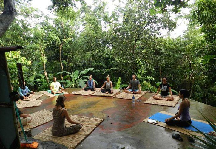 El yoga es una de las disciplinas física y mental, preferida de muchos. Su práctica permite llegar a un estado de paz interna. (Contexto/Internet)