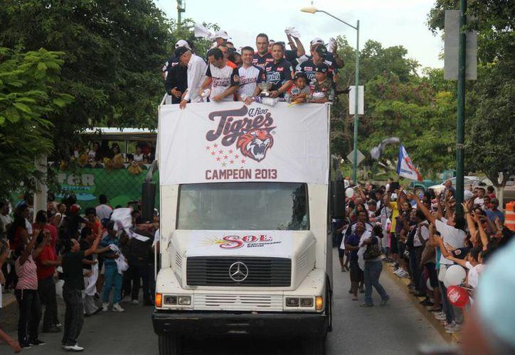 Un recorrido de dos horas por las principales avenidas de la ciudad, fue el regalo para la fanáticada cancunense. (Ángel Mazariego/SIPSE)
