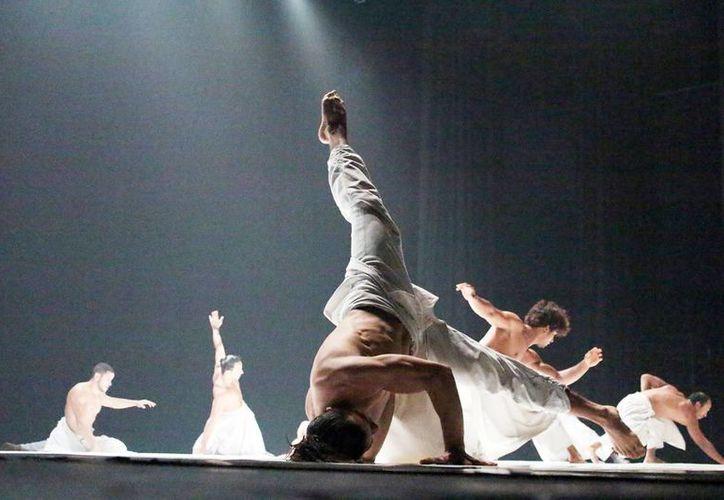La coreografía de la Compañía Hervé Koubi no escatima en recursos expresivos. Tuvo una ovacionada presentación en el teatro de Armando Manzanero. (Milenio Novedades)