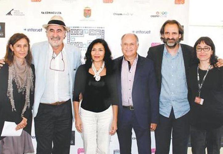 Los organizadores del encuentro fílmico junto a la actriz Dolores Heredia (centro). (Édgar Negrete/Milenio)