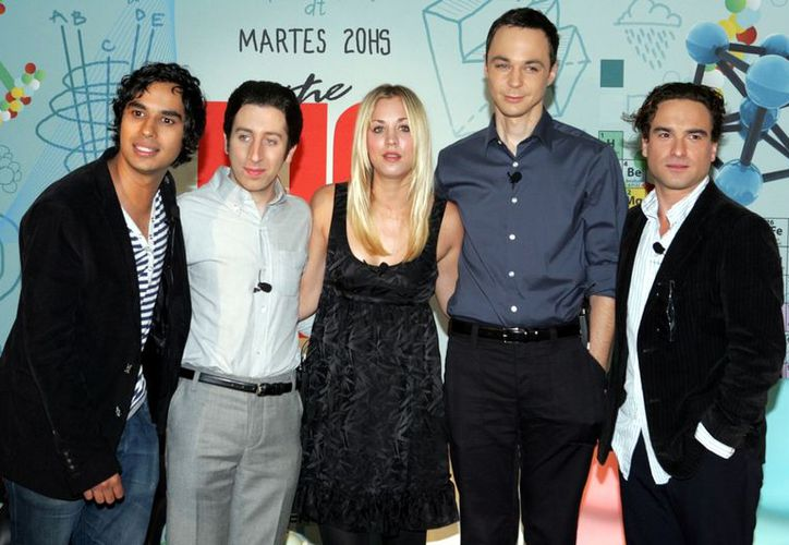 Kunal Nayyar (izq.), estrella del programa The Big Bang Theory, fue demandado por la empresa Diverse Talent Group. (Agencia Reforma)