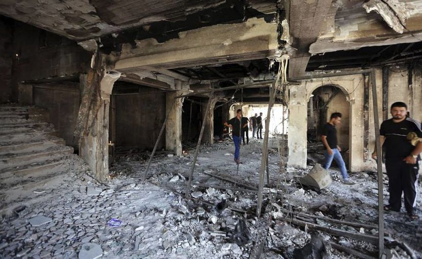 Varios iraquíes revisan el estado de los edificios afectados por un atentado suicida. (Archivo/EFE)