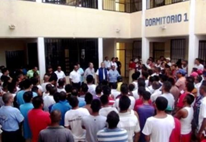 El secretario interino de Seguridad Pública Estatal, recorrió la cárcel de Playa del Carmen y habló con los internos. (Redacción/SIPSE)