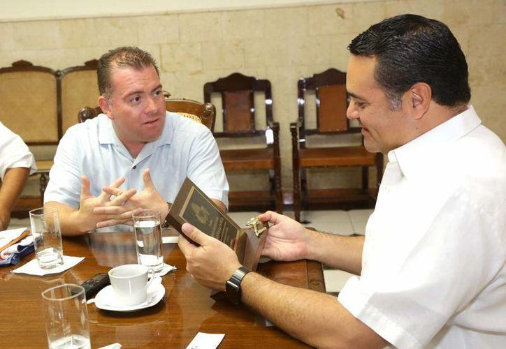 Al concluir la reunión entre el alcalde yucateco de California y el alcalde meridano Renán Barrera, intercambiaron obsequios representativos de sus ciudades. (Foto es cortesía del Ayuntamiento de Mérida)