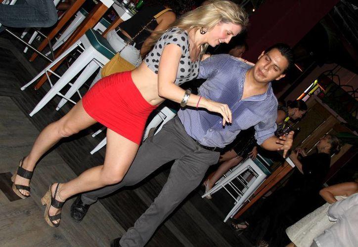 Karenka estuvo presente en la inauguración de un salón de baile de salsa cubana de la localidad, el pasado fin de semana. (Rafael Acevedo/SIPSE)