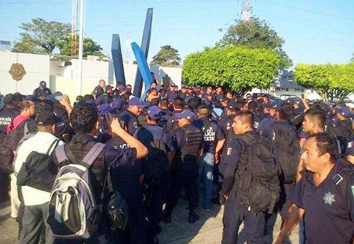 Los policías de Tabasco pararon actividades para exigir la renuncia de su jefe, el secretario de Seguridad Audomaro Martínez Zapata. Sin embargo, esa 'demanda' quedó 'fuera' de la discusión. (Twitter: imagen.mx)