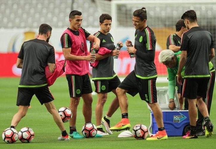 La selección mexicana de fútbol cerró este sábado su preparación en el estadio de la Universidad de Phoenix, de cara a su debut ante Uruguay, en la Copa América Centenario 2016. (Notimex)