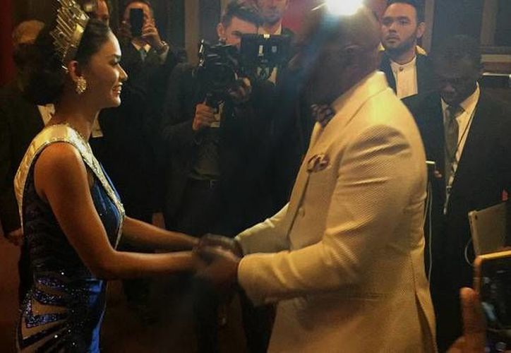 Miss Filipinas, Pia Wurtzbach quien resultó ganadora de Miss Universo 2015, con Steve Harvey tras la gala del evento (Instagram / iamsteveharveytv)