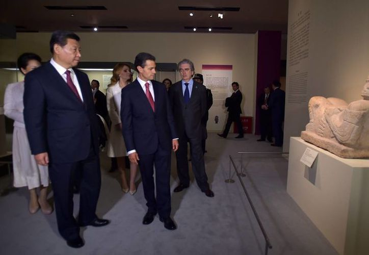 Los presidente de México y China, Enrique Peña Nieto y Xi Jinping, recorren la exposición 'Mayas, el lenguaje de la belleza', cuando fue inaugurada el 13 de noviembre del año pasado. (Notimex)