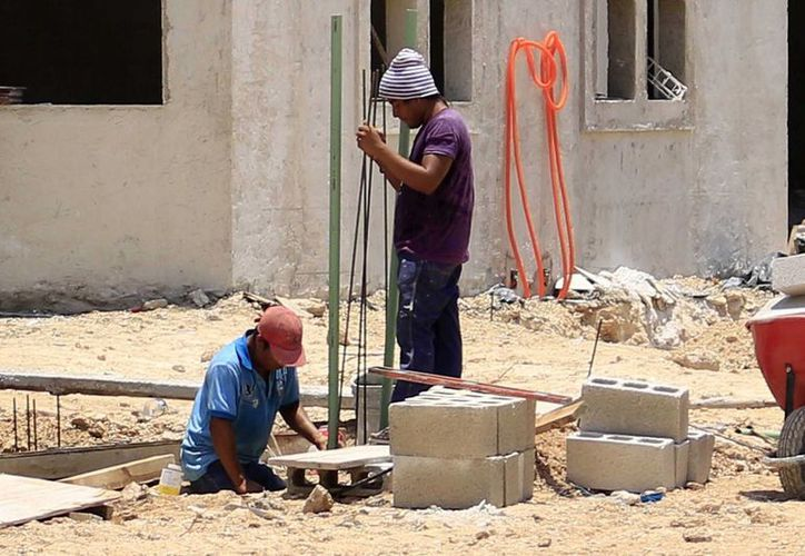 Los albañiles o trabajadoras domésticas, han aprendido a vivir al día y solventar tanto vivienda como atención médica. (Harold Alcocer/SIPSE)