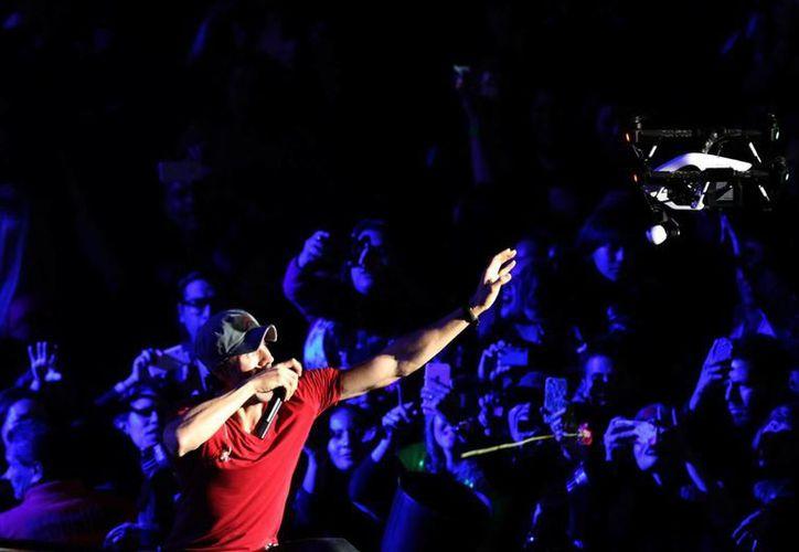 Enrique Iglesias sufrió cortadas debido a un dron, lo que lo obligó a abandonar un concierto en Tijuana. (EFE)