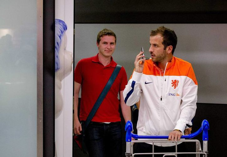 El futbolista holandés Rafael van der Vaart (d) llega este martes al aeropuerto Schipol de Amsterdam, Holanda. (EFE)