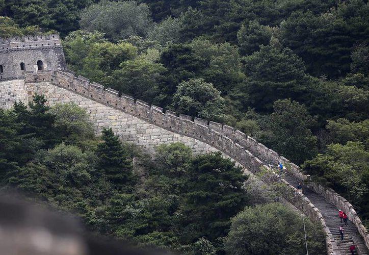 Fotografía fechada el 16 de septiembre, que muestra a unos turistas en la Gran Muralla China.  El mayor experto en este monumento, Dong Yaohui, realiza una recolecta para rehabilitar el lugar. (EFE/Archivo)