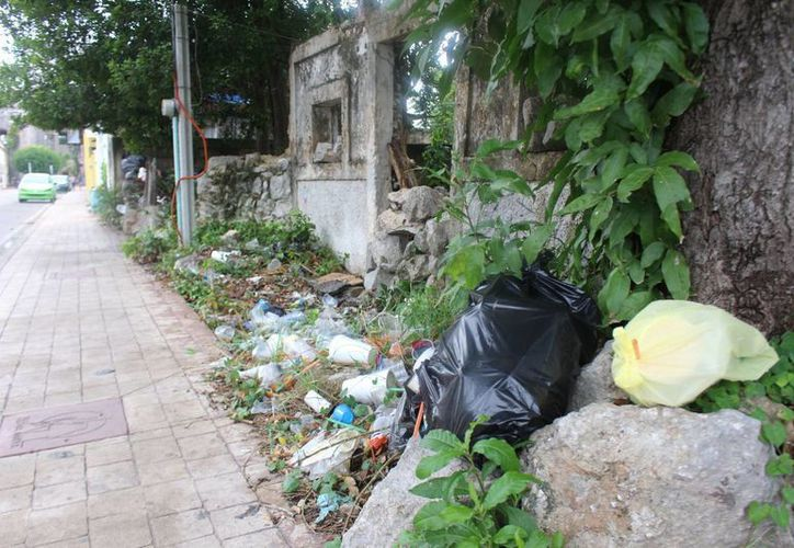 Uno de los vecinos del lugar aseguró que aunque pasan los camiones no se llevan los desperdicios y se va juntando más. (Benjamin Pat/SIPSE)