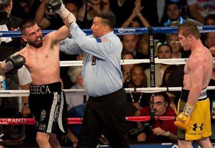 El réferi detuvo la pelea de manera precipitada, causando la rechifla de los espectadores. (Milenio)