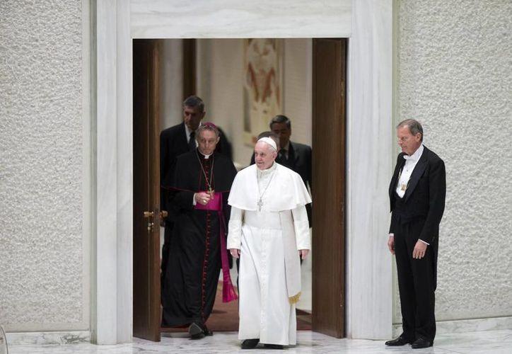 El Papa Francisco (c) recibe en audiencia a trabajadores de los templos religiosos en el Vaticano. (EFE)