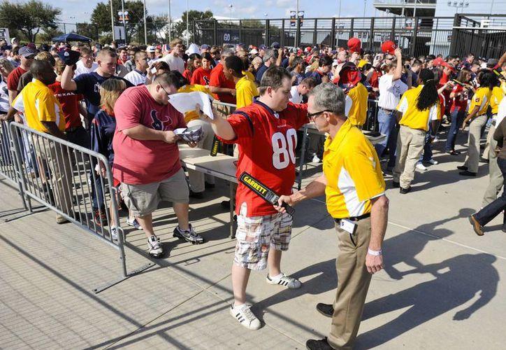 Cada vez son más estrictas las reglas para entrar a los estadios de la NFL. (Agencias)