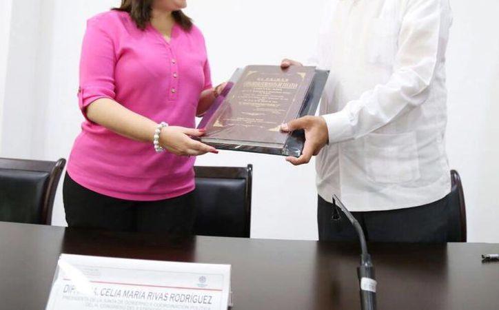 A la fecha, el Congreso del Estado de Yucatán ha firmado 13 acuerdos con diferentes universidades. Esta vez tocó el turno a la Universidad Modelo. En la foto, la diputada Celia Rivas, y el rector Carlos Sauri. (Fotos cortesía)