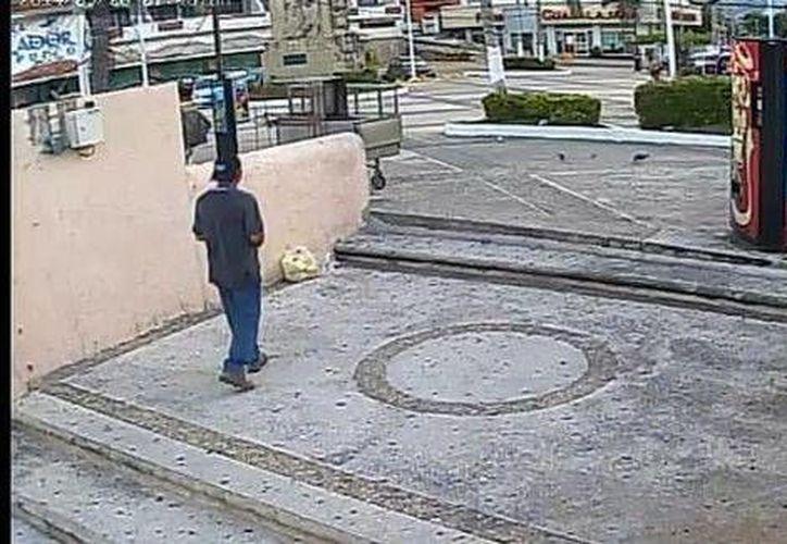 Las imágenes de las cámaras de vigilancia muestran que el agresor que es un hombre alto, delgado y ataviado con playera, gorra y zapatos negros. (Milenio)