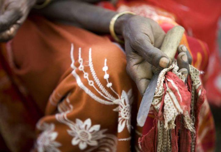 Boko Mohammed, muestra la herramienta que usaba para practicar la mutilación femenina en una comunidad de la región de Afar, en Etiopía. Boko renunció ya a la práctica. (Foto Notimex)
