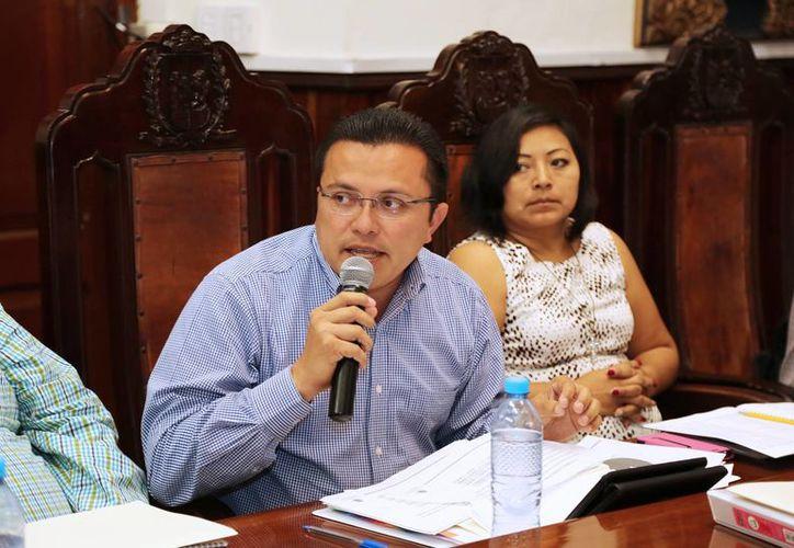 Los regidores Juan Barea Canul y Manuela Cocom Bolio en la sesión de ayer viernes. (SIPSE)