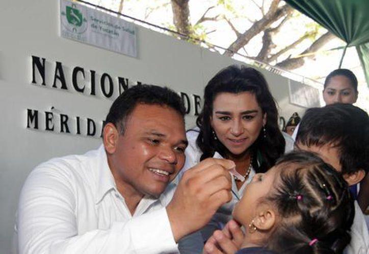 El gobernador Rolando Zapata y la Presidenta del DIF Yucatán, Sara Blancarte, aplicaron las primeras dosis gratuitas del biológico antipoliomielítico. (Cortesía)