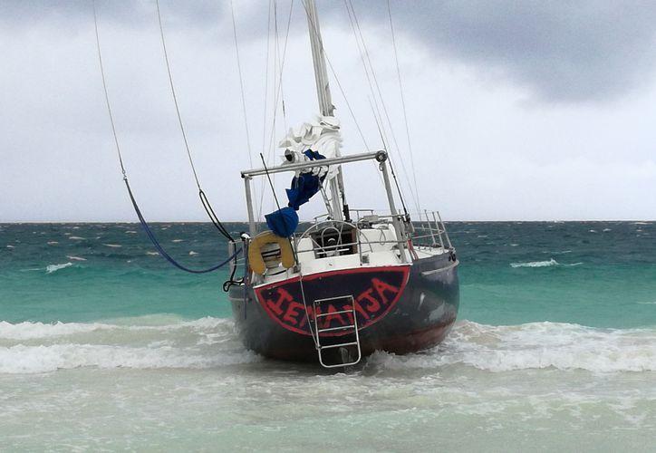 Al parecer la embarcación no había causado daños porque se encuentra asentada en la arena. (Sara Cauich/SIPSE)