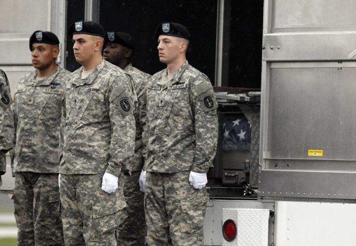 Imagen de contexto de militares de EU en la base Dover de la Fuerza Aérea, en Accord, N.Y. Inmigrantes indocumentados que llegaron a EU antes de cumplir 16 años, pueden ser parte del ejército. (Archivo/Agencias)