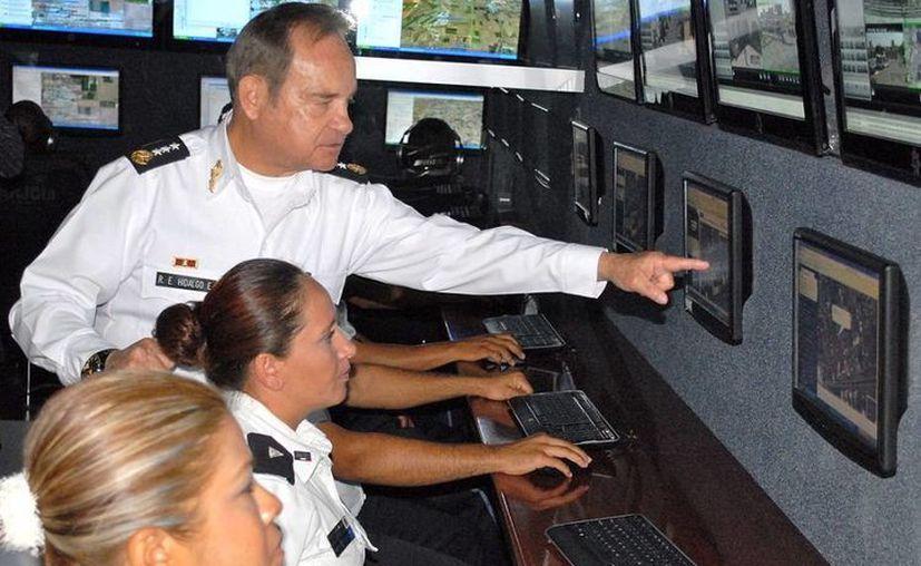 El Secretario de Seguridad estatal, general Rolando Eugenio Hidalgo Eddy, en el Centro de Mando. (plataformadeags.com)