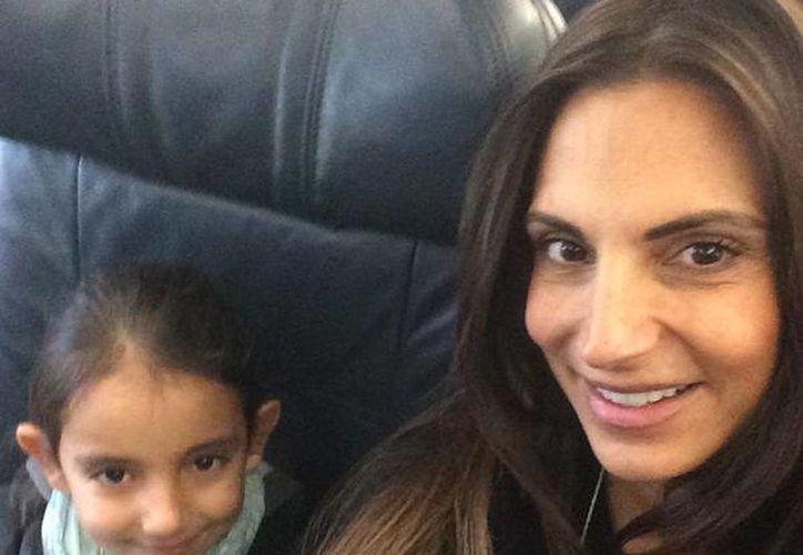 """Maude Versini publicó en su cuenta de Twitter esta imagen con el texto: """"En el avión!!!! Llegamos mis hijos!!! Tanto tiempo sin verlos!!!! Los adoro"""". (@MaudeVersini)"""