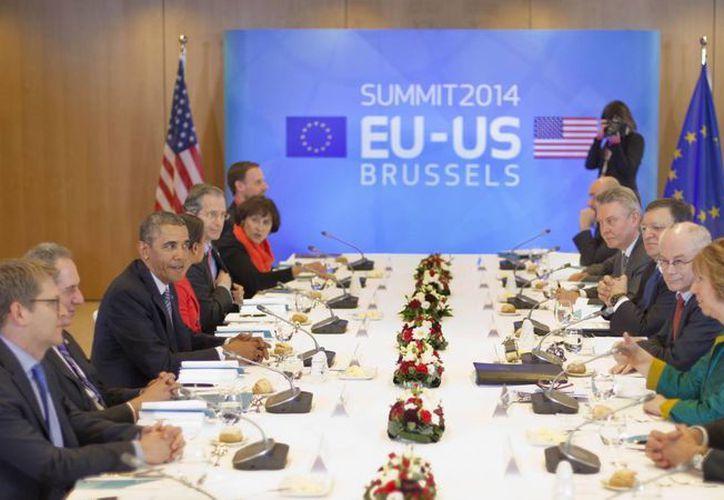 Obama durante un almuerzo de trabajo en una reunión cumbre en el Consejo de la UE en Bruselas, Bélgica. (Agencias)