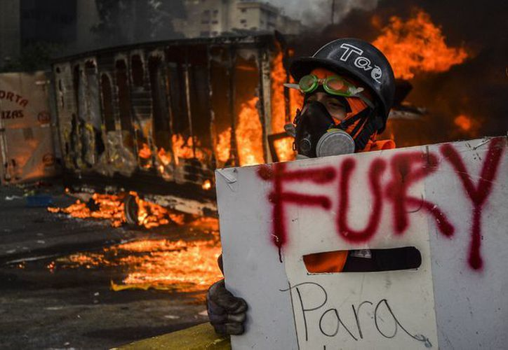 Un militar perdió la vida a manos de manifestantes en Venezuela; el presidente Nicolás Maduro condenó el hecho. (Foto: La Jornada)