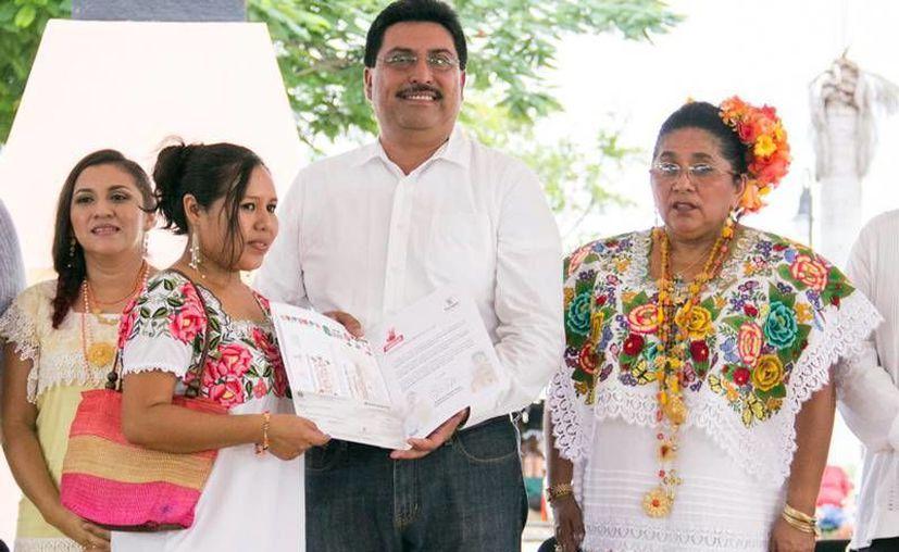 Artesanos de Yucatán recibieron el premio 'Manos con Identidad 2016', de manos de funcionarios del Gobierno del Estado. (Milenio Novedades)
