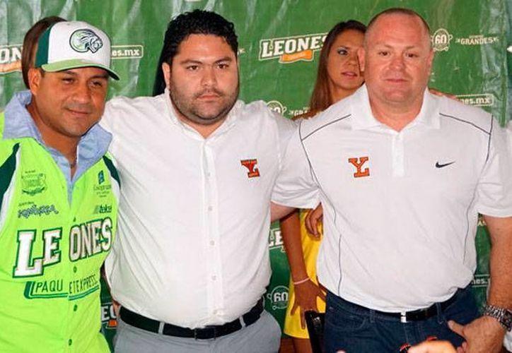 El mánager Willy Romero (izq.) dijo que para Leones de Yucatán no importa el rival, porque el pléiof se juega 'desde cero'. (Milenio Novedades)