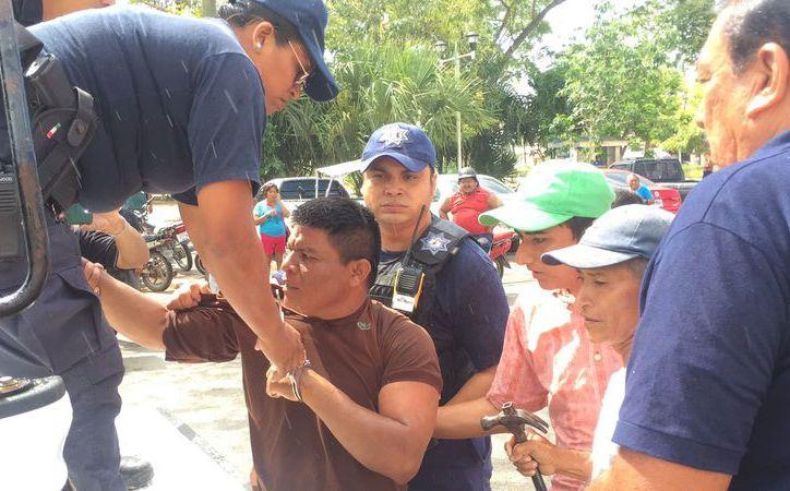 Los manifestantes estaban reforzando su campamento cuando policías municipales llegaron a increparlos por tal acción.  (Foto: Javier Ortiz / SIPSE)