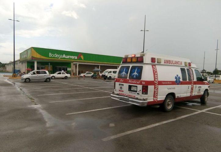 Paramédicos atendieron a la cajera afectada, sin que fuera necesario su traslado al hospital. (Foto: Redacción/SIPSE)