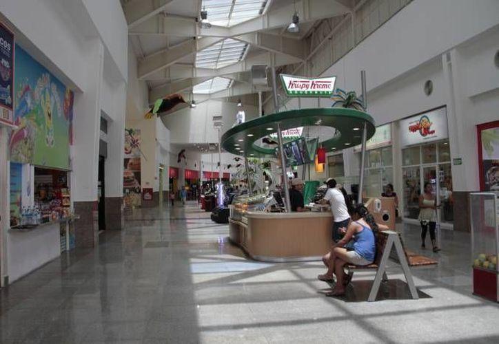 Las tiendas de las plazas promueven la venta de artículos para los padres de familia. (Archivo/SIPSE)
