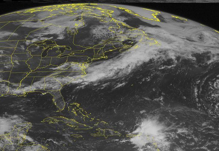 Imagen de esta mañana que muestra la segunda depresión tropical de la temporada del Atlántico, izquierda abajo, mientras avanza por la bahía de Campeche en el sur de México. (Agencias)