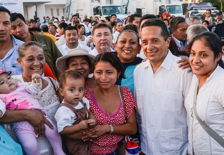 El mandatario del estado, Carlos Joaquín, hizo entrega de títulos de propiedad a familias capitalinas. (Foto: Redacción / SIPSE)