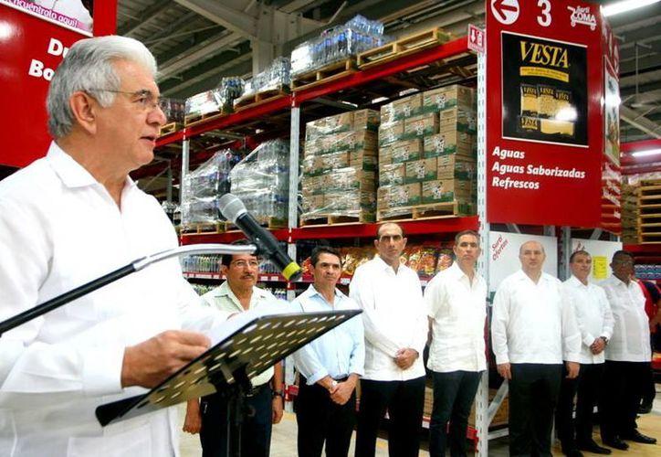 El secretario de Fomento Económico de Yucatán, David Alpizar Carrillo, dijo que por el momento no se han registrado afectaciones en el mercado interno como parte de los efectos de la inestabilidad monetaria. En la foto, durante la inauguración de un centro de abastecimiento del Grupo San Francisco de Asís. (SIPSE)