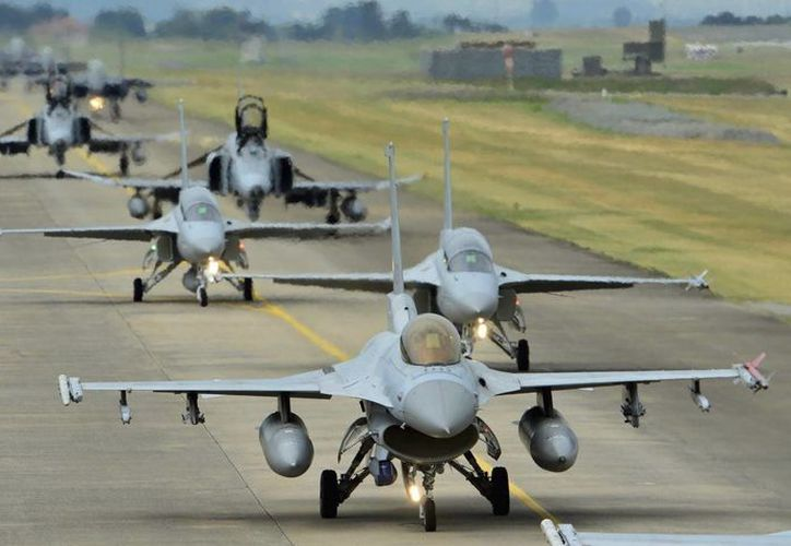 Fotografía facilitada por las fuerzas aéreas de la la República de Corea del Sur que muestra a varios aviones surcoreanos mientras se desplazan por una pista antes del comienzo de las maniobras 'Soaring Eagle' en una localización no revelada, hoy, 22 de agosto de 2016. (EFE)