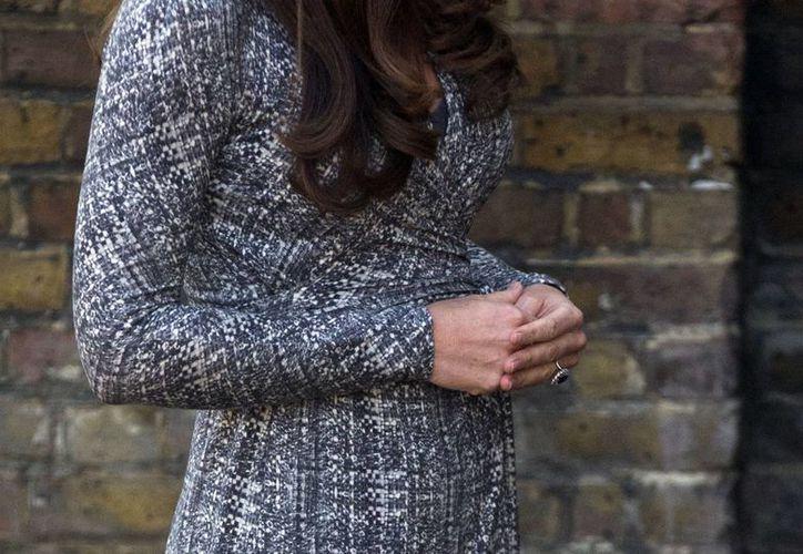 """Las manos sobre su abdomen, el """"gesto""""  común de Kate Middleton durante su aparición pública, tras anunciar su embarazo. (Agencias)"""