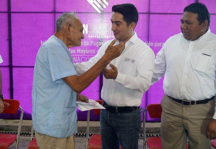 En el evento protocolario, el delegado de la Sedesol, Luis Borjas reiteró su compromiso de trabajar a favor de los adultos mayores de Yucatán. (SIPSE)