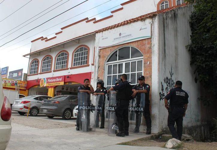 Las oficinas de la Secretaría de Educación y Cultura permanecen cerradas y custodiadas. (Adrián Barreto/SIPSE)