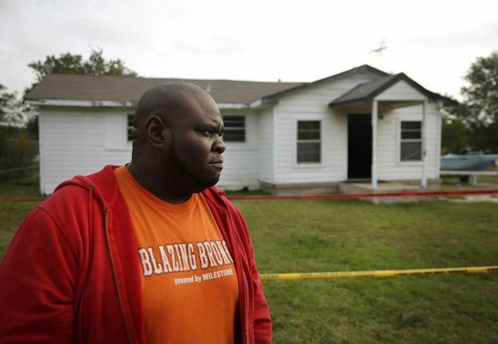 El hermano de Charles Everett Brownlow Jr. frente a la casa donde fue encontrado el cuerpo sin vida de su madre. (Agencias)