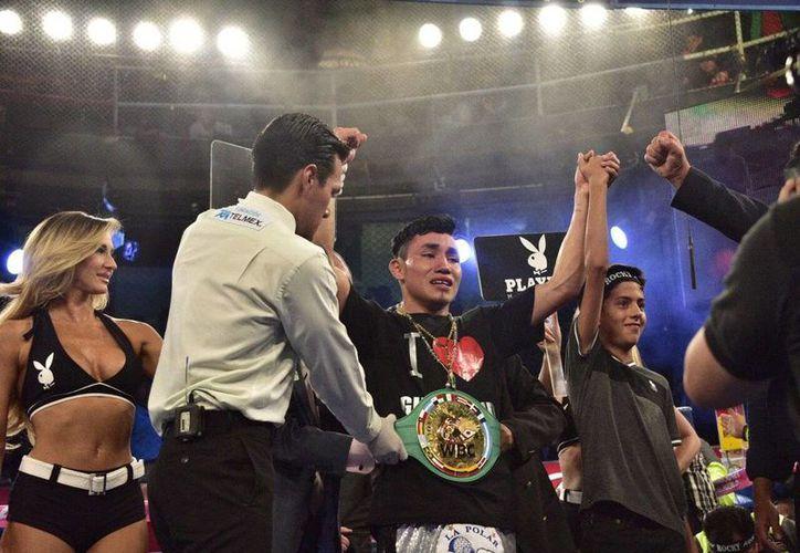 <i>Rocky</i> Hernández brindó una gran actuación ante un lleno en la Arena Coliseo para liquidar al <i>Vikingo</i> Terrazas y se coronó campeón internacional super pluma del CMB (@notimexdavid)