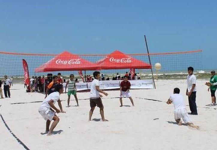 La playa de Progreso fue escenario de las actividades por el Día del Estudiante. (SIPSE)