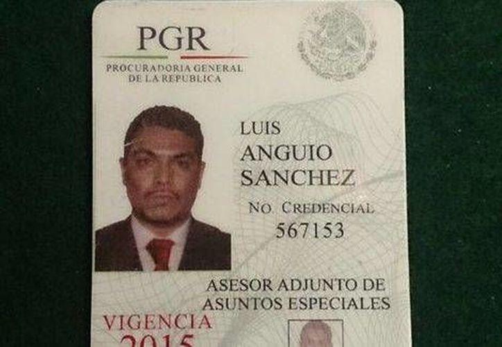 Esta es la credencial falsa de la PGR que el prófugo capturado presentó y por lo cual fue detenido. (Twitter.com/@Alejandro_Marti)