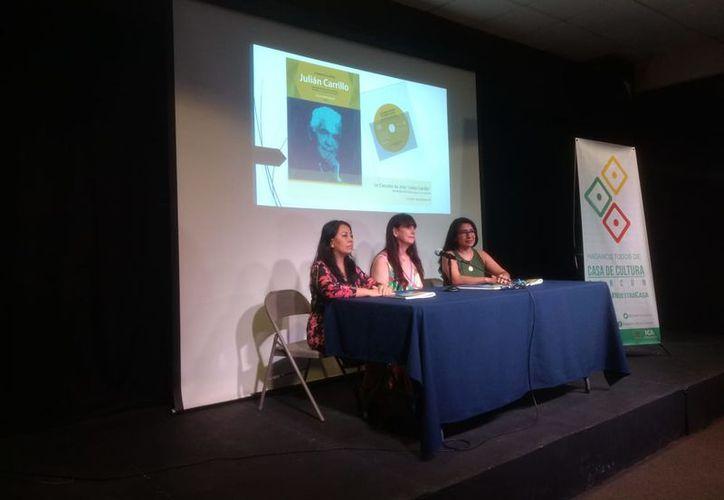 Cecilia Montemayor presentó el libro, en compañía de la soprano Laura Chuc y la pianista Magaly Chávez. (Faride Cetina/SIPSE)